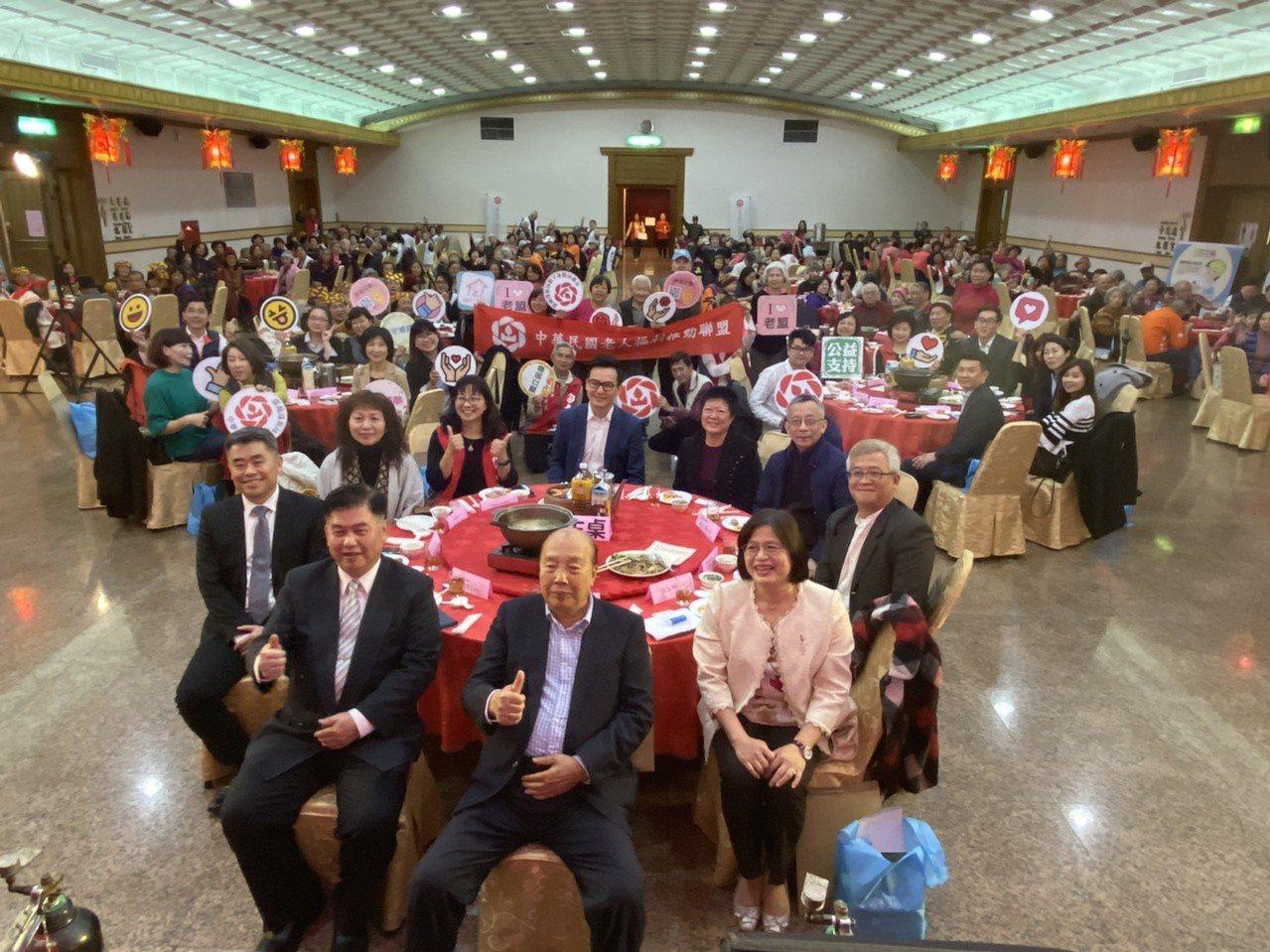 中華民國老人福利推動聯盟今舉辦「你我一家人,憶起和你吃飯」團圓宴,共席開30桌,...
