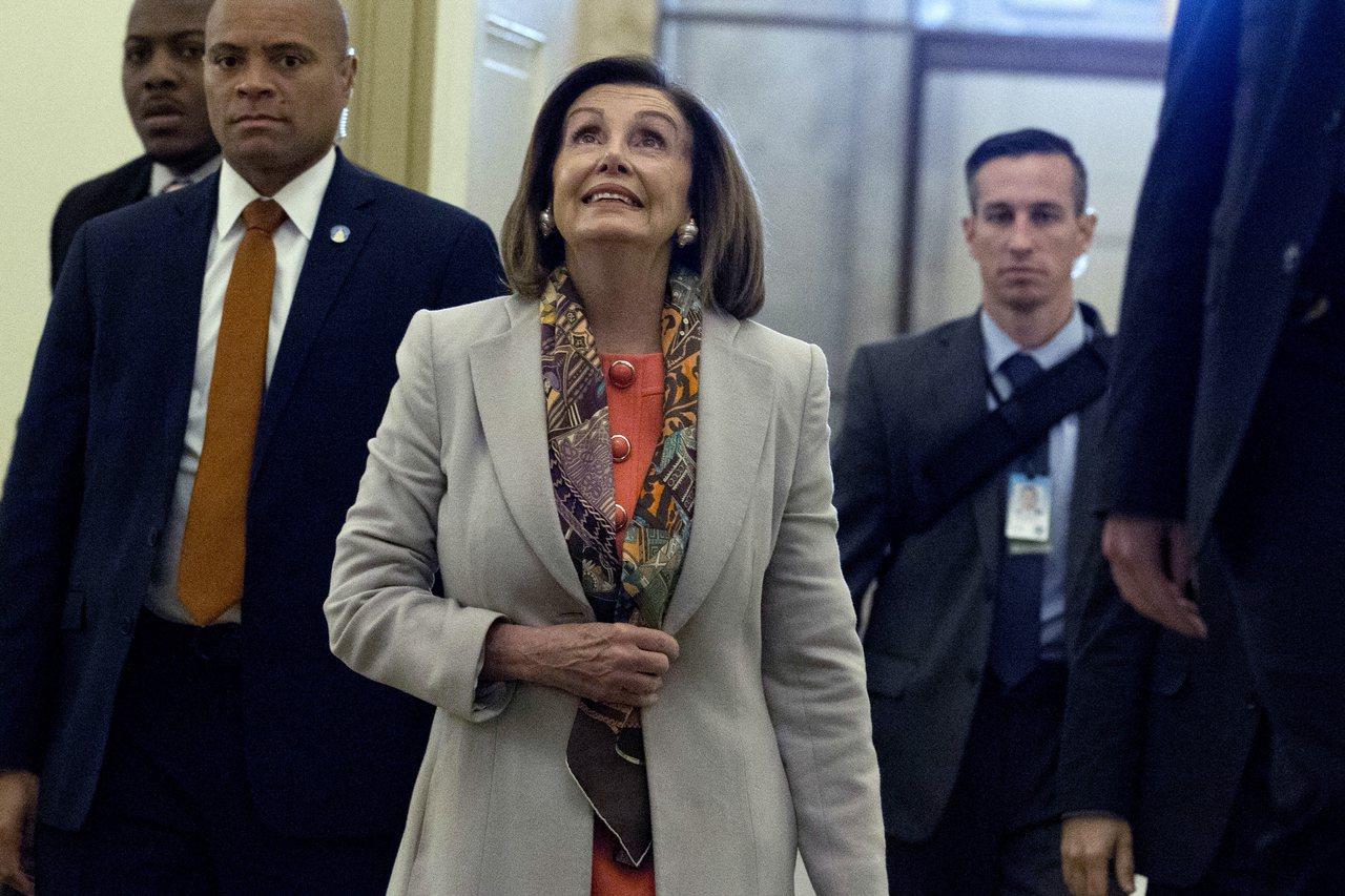 眾院議長波洛西15日抵達國會,宣布代表眾院對參院提出彈劾案的議員。美聯社