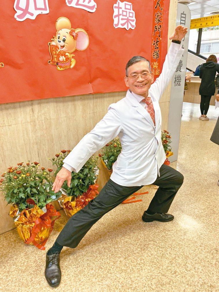 將滿65歲的簡文仁,每到農曆新年都會推出當年的生肖健康操,很受民眾歡迎。 記者簡...