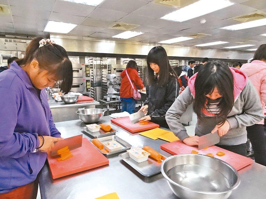 高職特招甄選主要以術科取才,例如餐飲科可能考紅蘿蔔切絲的刀工。 圖/中山工商提供