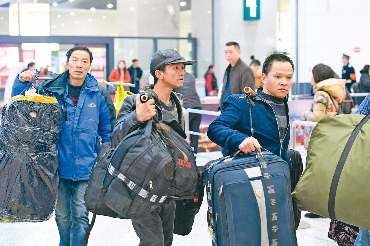 中國春節臨近,長期在上海務工的幾位重慶民眾扛著大包行李回到家鄉。重慶也是大陸外出...