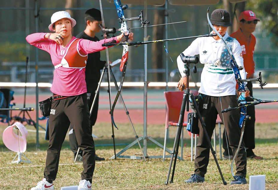 女子組領先者林佳恩(右)和譚雅婷昨天循環對抗賽最後一戰拚到加射。 圖/中華射箭協會提供