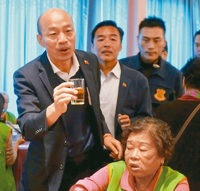 高雄市長韓國瑜(站立左)「以茶代酒」,逐桌祝福長輩新年快樂。 記者楊濡嘉/攝影
