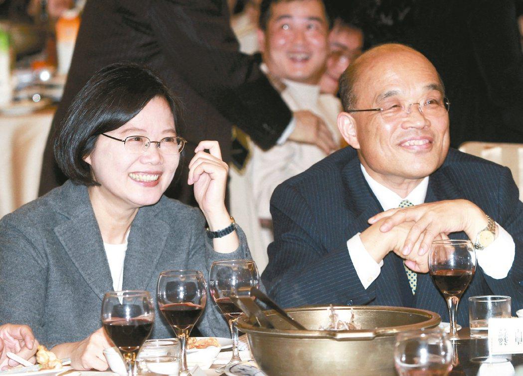 2011民進黨尾牙,蔡英文(左)與蘇貞昌比鄰而坐。圖/聯合報系資料照片