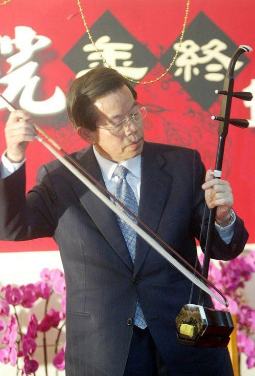 前行政院長謝長廷2006年參加行政院尾牙時,秀了一手胡琴。圖/聯合報系資料照片
