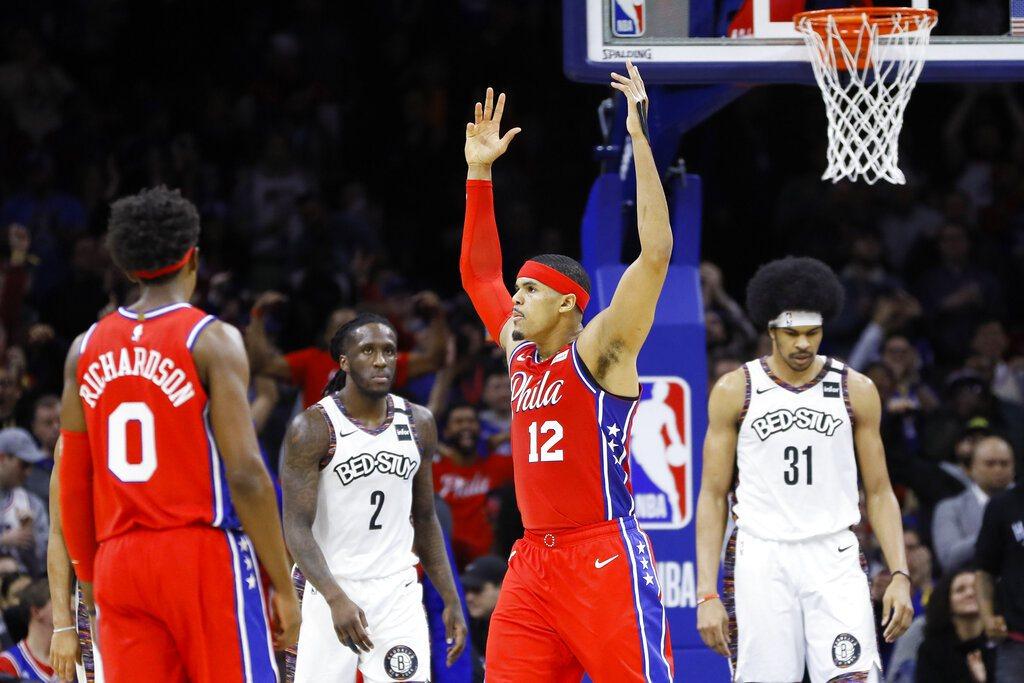 76人靠著哈里斯(中)34分、10籃板帶領下,在主場擊退籃網。 美聯社