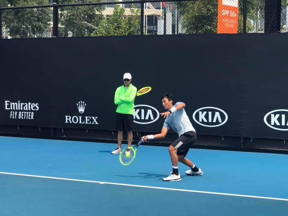 盧彥勳為澳網復出苦練,但首輪將遭遇強敵孟非斯。 擷圖自盧彥勳臉書粉絲團