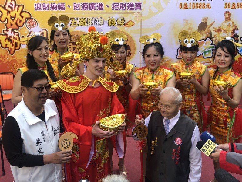 嘉義城隍廟推出新年小物,請來多名外籍學生穿著財神裝宣傳。記者李承穎/攝影