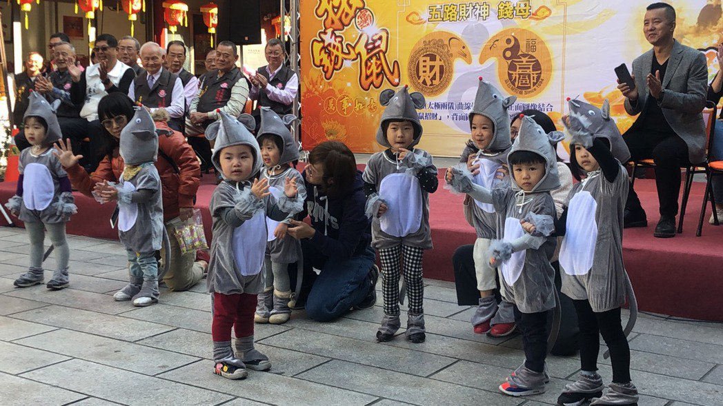 國定古蹟嘉義城隍廟今年發送錢母「咬錢鼠」數量各2千個,請小朋友們穿上布偶裝扮演「...
