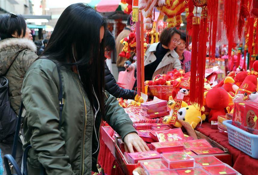 近來過年發紅包也講究起紅包袋的樣式。 (新華社)