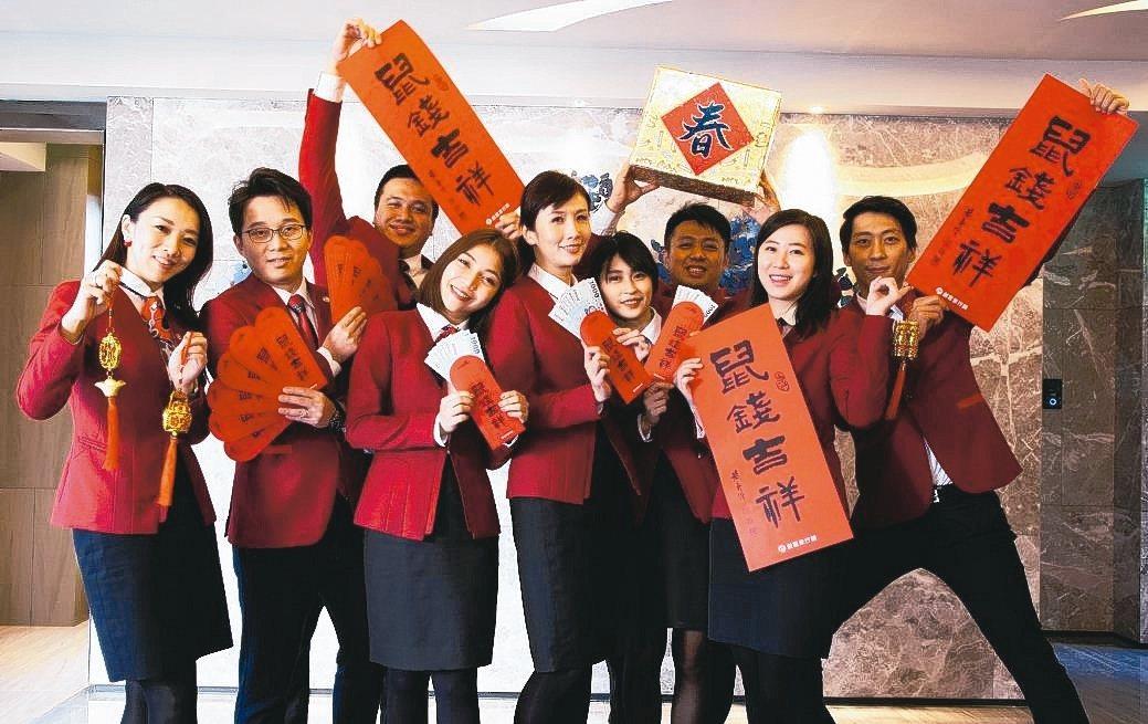 創意家行銷推出限量國畫大師黃慶源「春聯紅包袋套組」,祝福獲得的民眾「鼠錢吉祥」。...