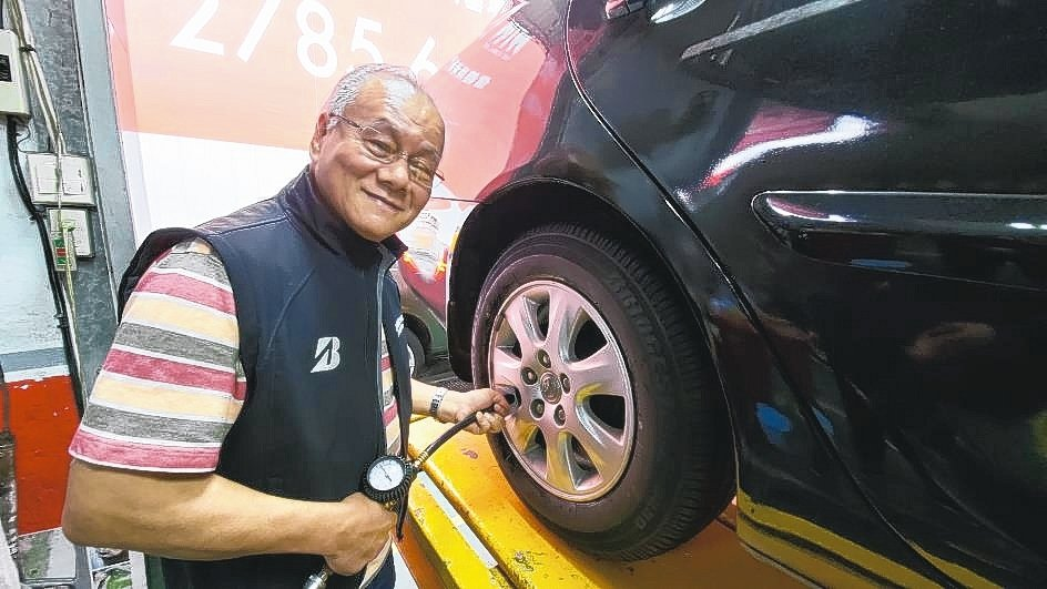 太亞輪胎館負責人李同益建議,除選用失壓續跑胎提升安全性外,定期輪胎檢測更能確保行...