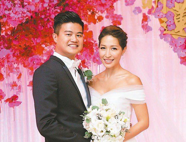 台新金董事長吳東亮次子吳昕豪(左),圖為2015年結婚照。 台新金/提供