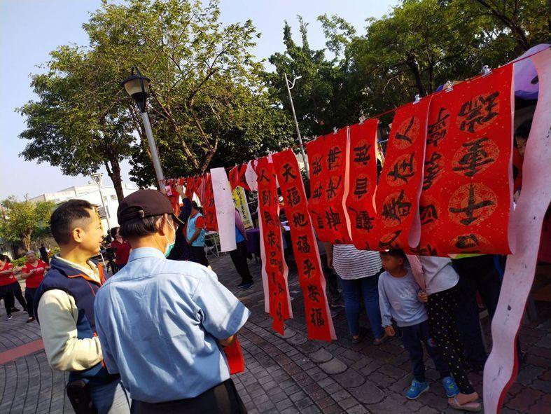 送春聯活動吸引民眾參與。 楊鎮州/攝影