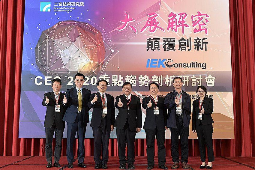 工研院產科國際所所長蘇孟宗(左三)率領資深研究團隊帶回第一手的CES2020科技...