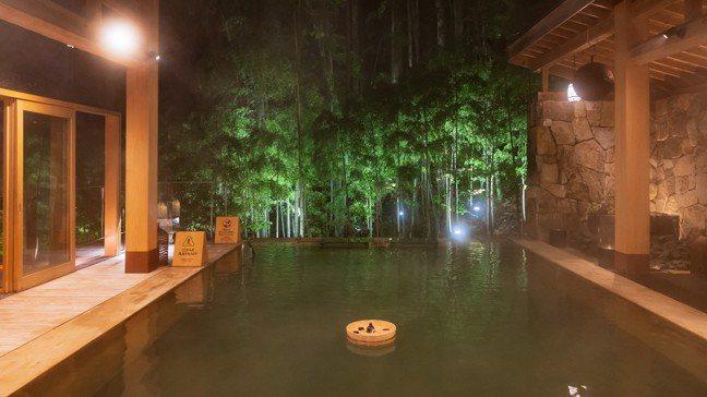 竹城之間內的超大景觀露天風呂簡直就像個小游泳池。 圖/梁旅珠提供