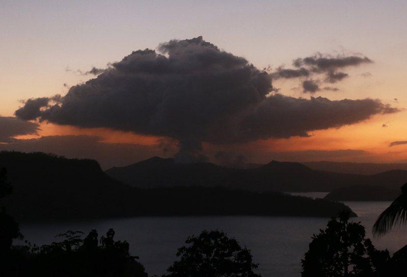 菲律賓當局警告,塔爾火山目前雖暫停噴發火山灰,但導致災難性爆發的危險性仍然很高。 歐新社
