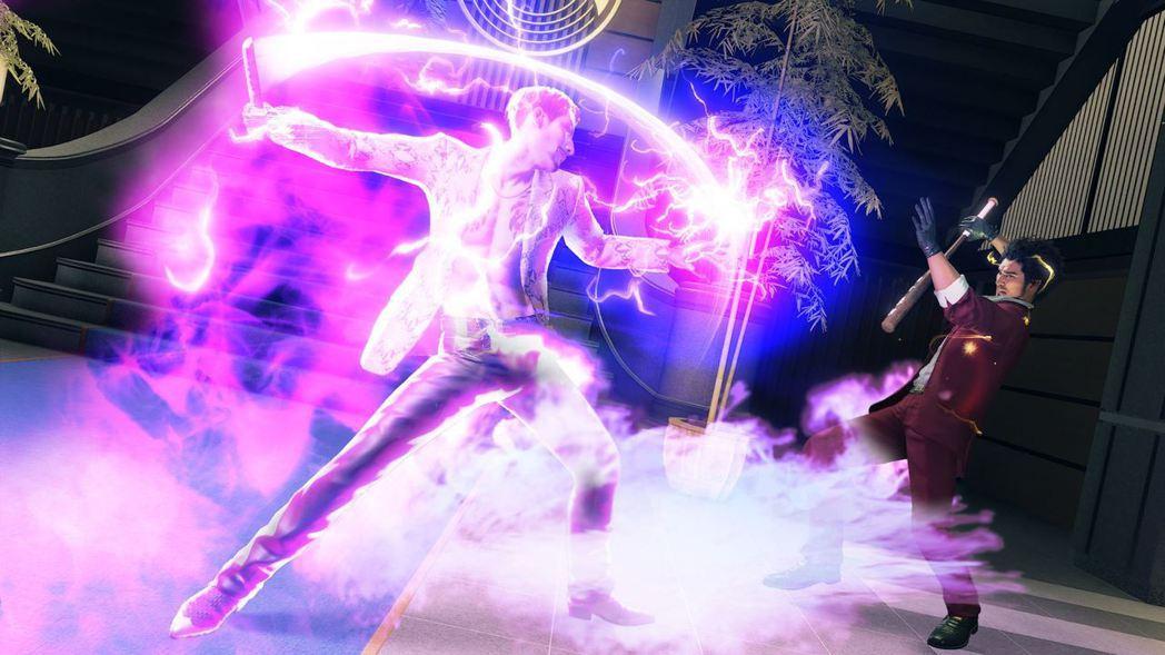 以難以捉摸的踢技和砍劈連續不斷地襲擊而來。伴隨著紫色電擊特效的攻擊,還有可能會令...