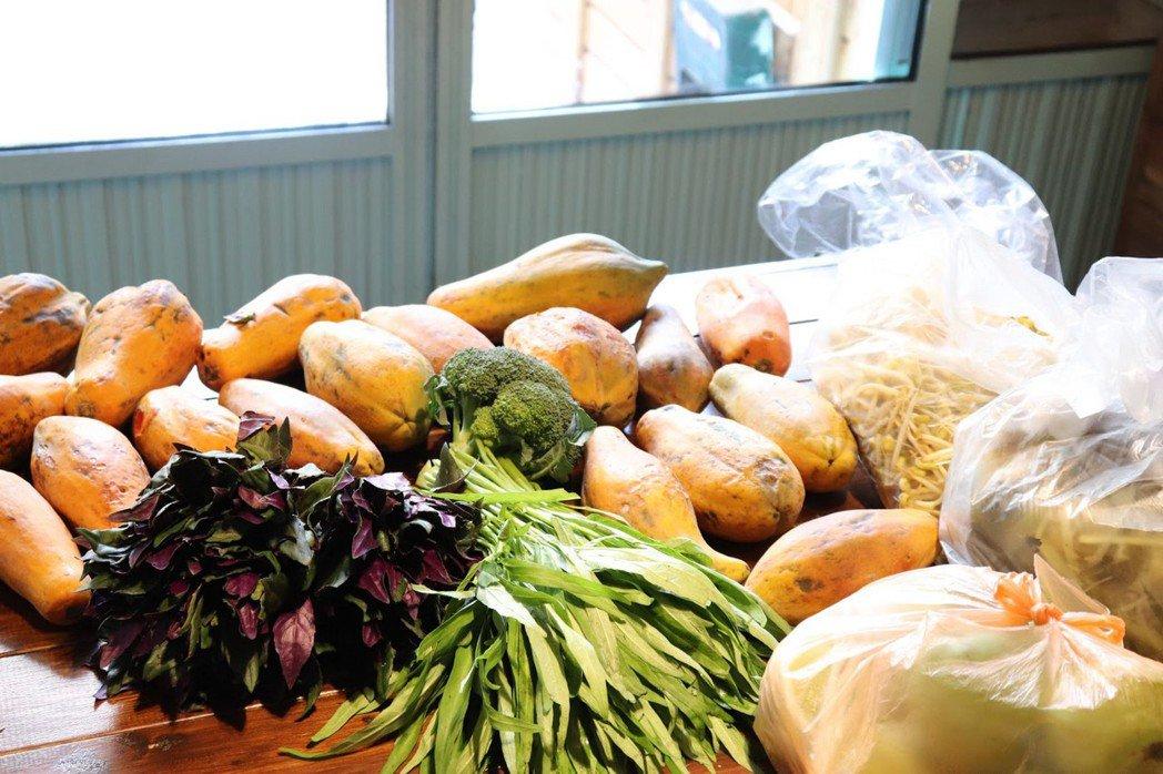 明日餐桌員工每天至市場收取剩餘的蔬果。  圖/林芷妡攝影