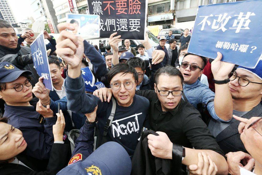國民黨中常會15日檢討2020敗選原因,國民黨青年黨員被警方阻隔,不得其門而入。 圖/聯合報系資料照