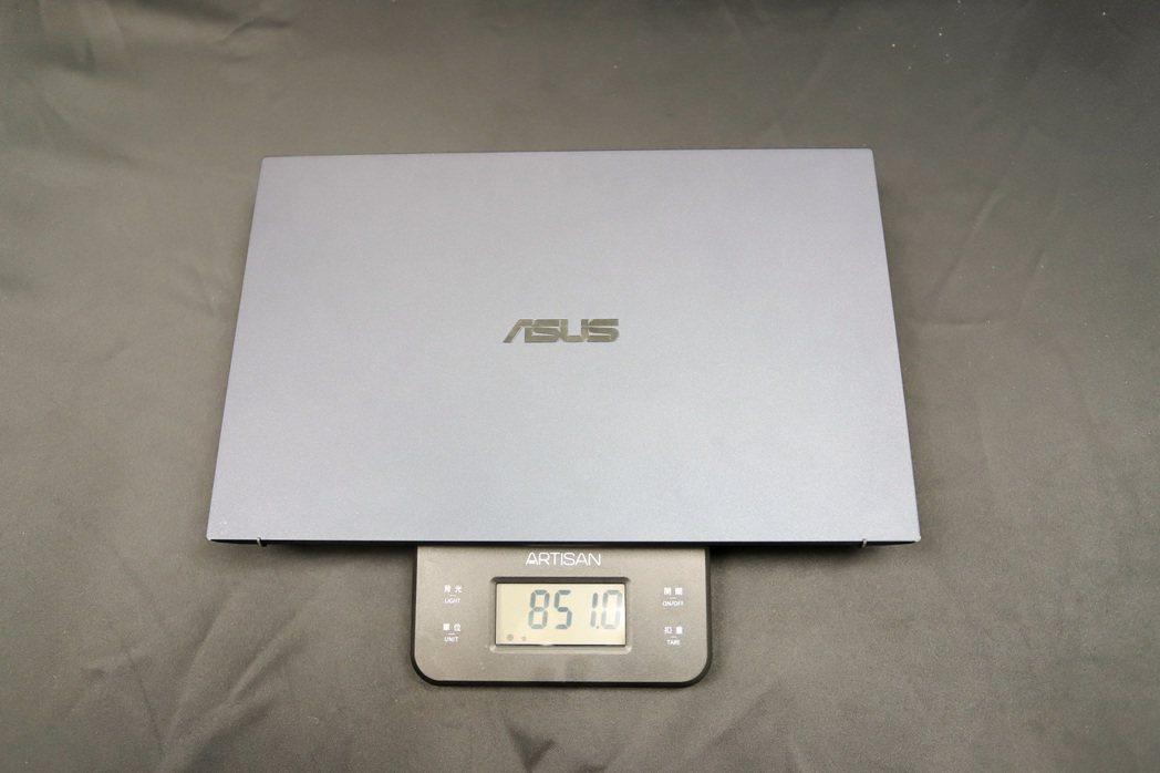 官方資料指出,33瓦設定重量為870公克,但現場實際一測只有851公克。 彭子豪...