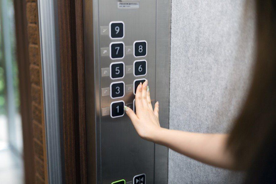 一位網友分享自己媽媽在電梯裡搭訕小鮮肉的故事。 圖片來源/ mansion-ge...