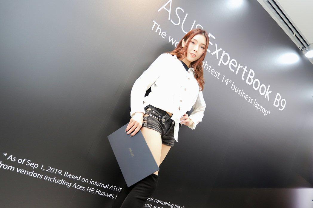 ExpertBook B9450也適合女性使用,如同手拿包。 彭子豪/攝影