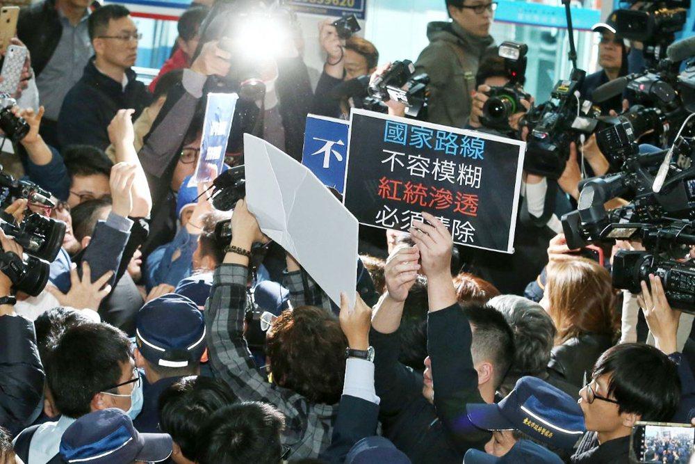 國民黨的問題,在於「以台灣為中心」已經完成典範轉移時,國民黨依舊擁抱「以中國為中心」。 圖/聯合報系資料照