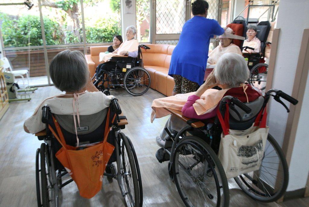 年節將至,許多家屬去機構探視長輩,希望和長輩同樂。 圖/本報資料照片