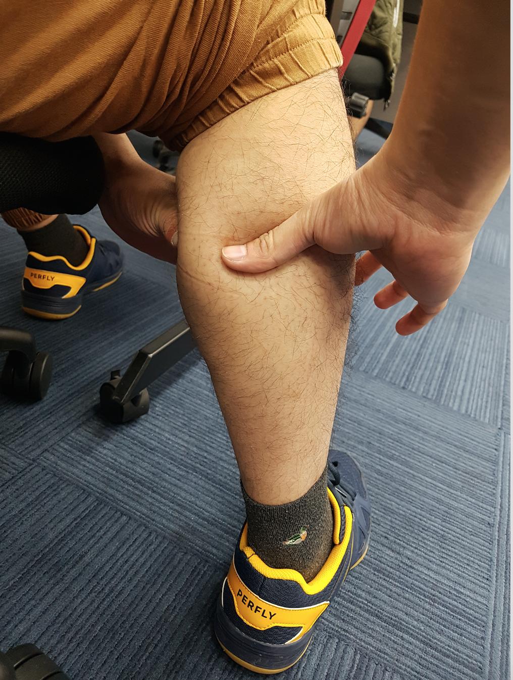小腿圍也可用食指與姆指圈成一個圓,放在小腿最粗的地方量測。 圖/楊雅棠攝影
