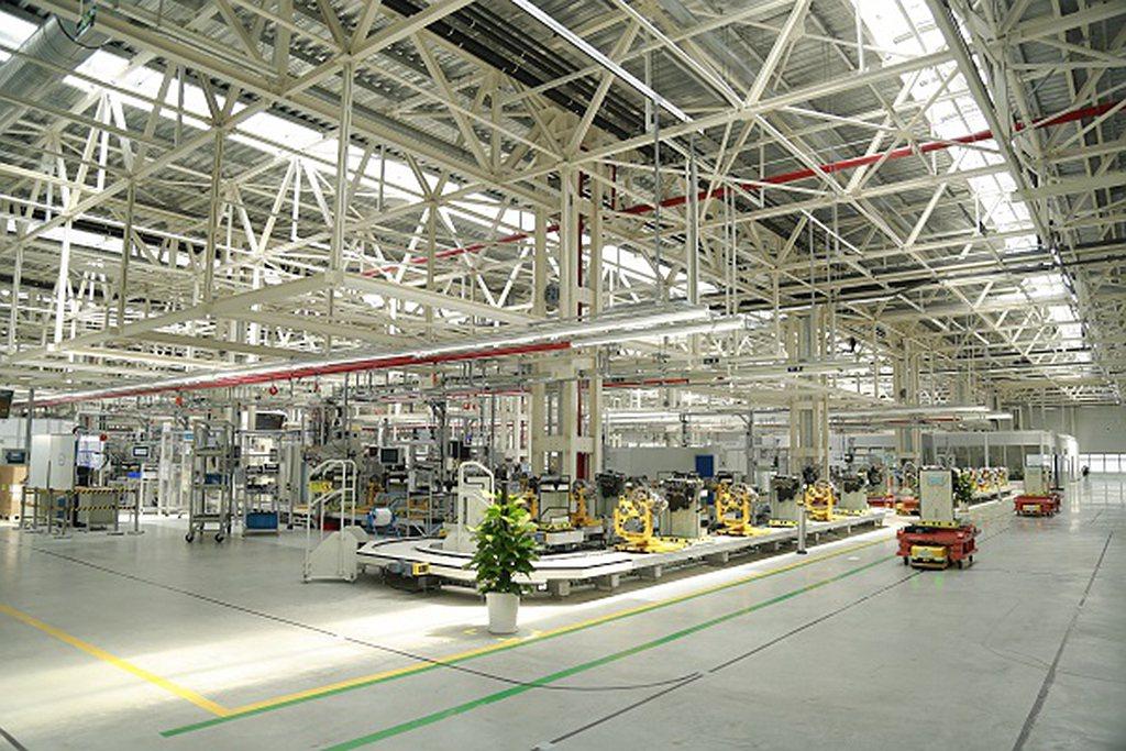 為滿足未來產能需求,北京奔馳也在2019年陸續完工營運引擎第二組裝廠,以及動力電...