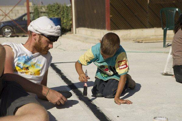 兒童一起參與遊樂場的建造過程。 圖/摘自CatalystAction官網
