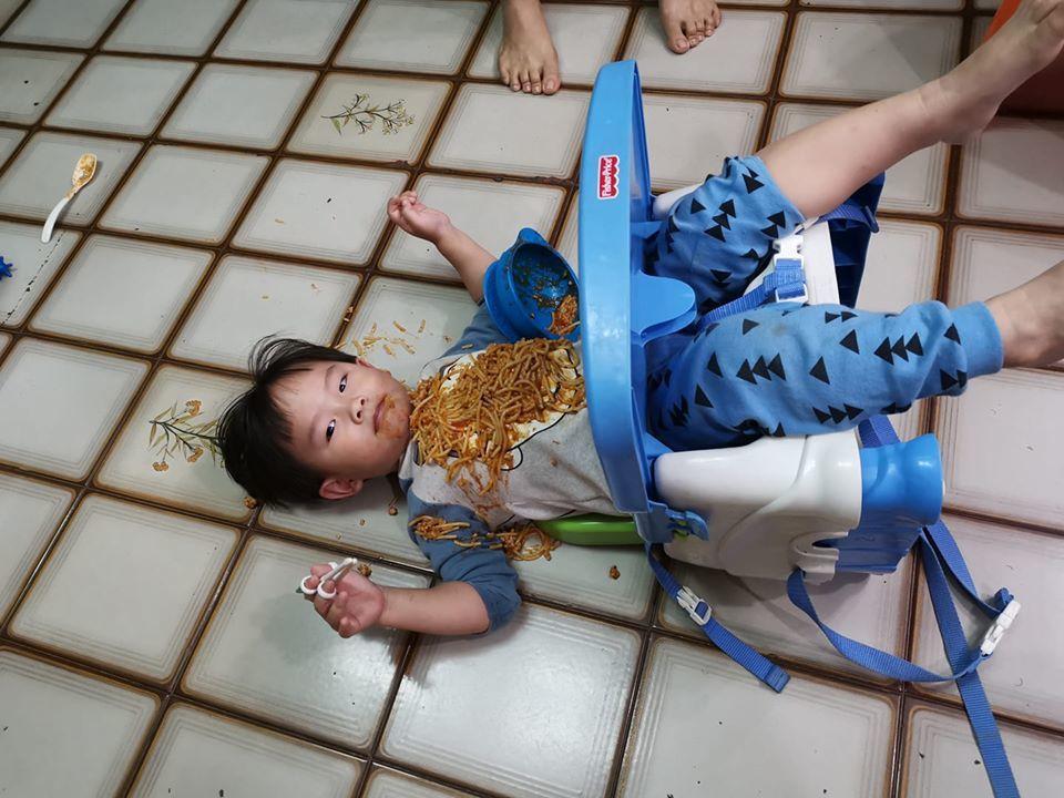 網友抱怨兒子太皮玩到餐椅翻倒。 圖/翻攝自爆笑公社