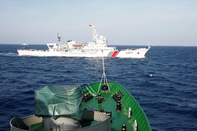 圖為中國海警與越南海軍在南海對峙。 圖/路透社