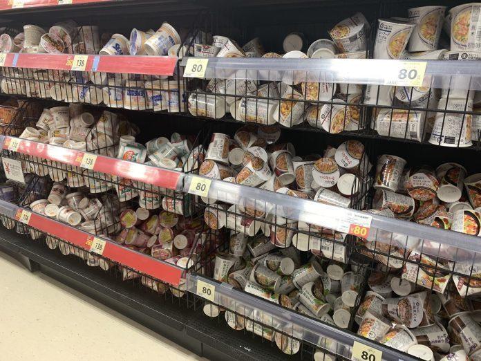 一名日本網友看見超市的泡麵與零食被隨意擺放,發文詢問後引起熱烈迴響。圖翻攝自Tw...