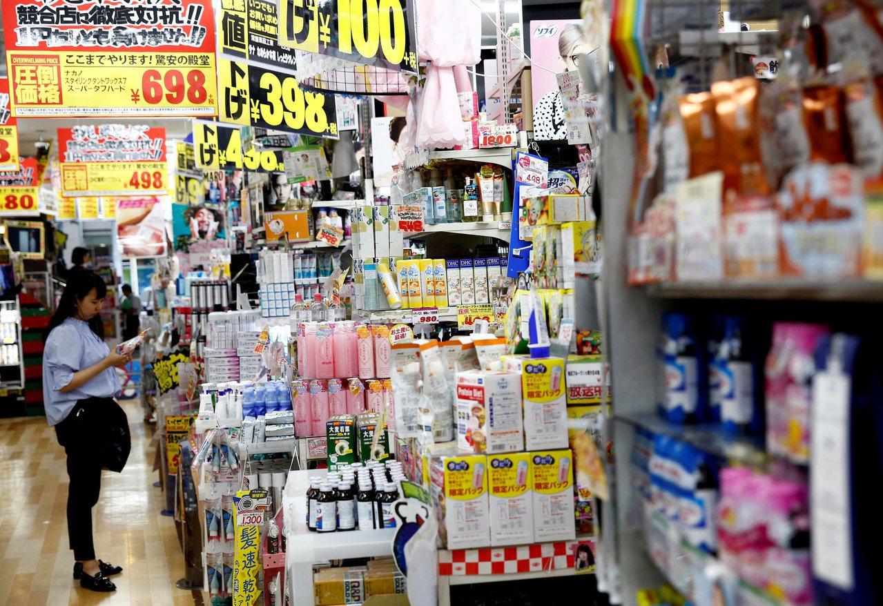 一般民眾都習慣超市商品擺得整整齊齊,尤其在日本更為重視這個小細節。圖/路透社
