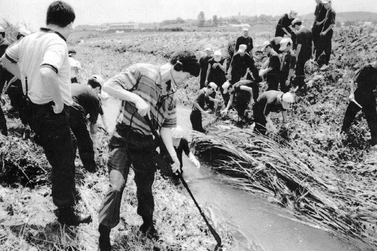 1993年7月,調查人員在水溝尋找有關華城連環殺人案的死者遺物。圖取自/視覺中國