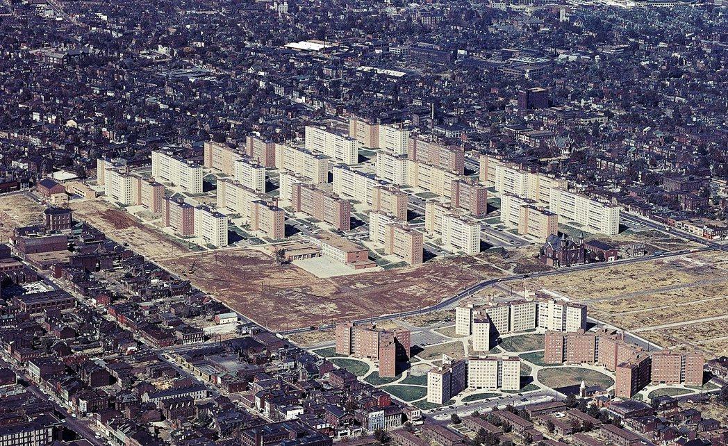 美國戰後的大規模規劃以「都市更新」以及「清除貧民窟」為名,大肆拆除掉規劃者眼中的...