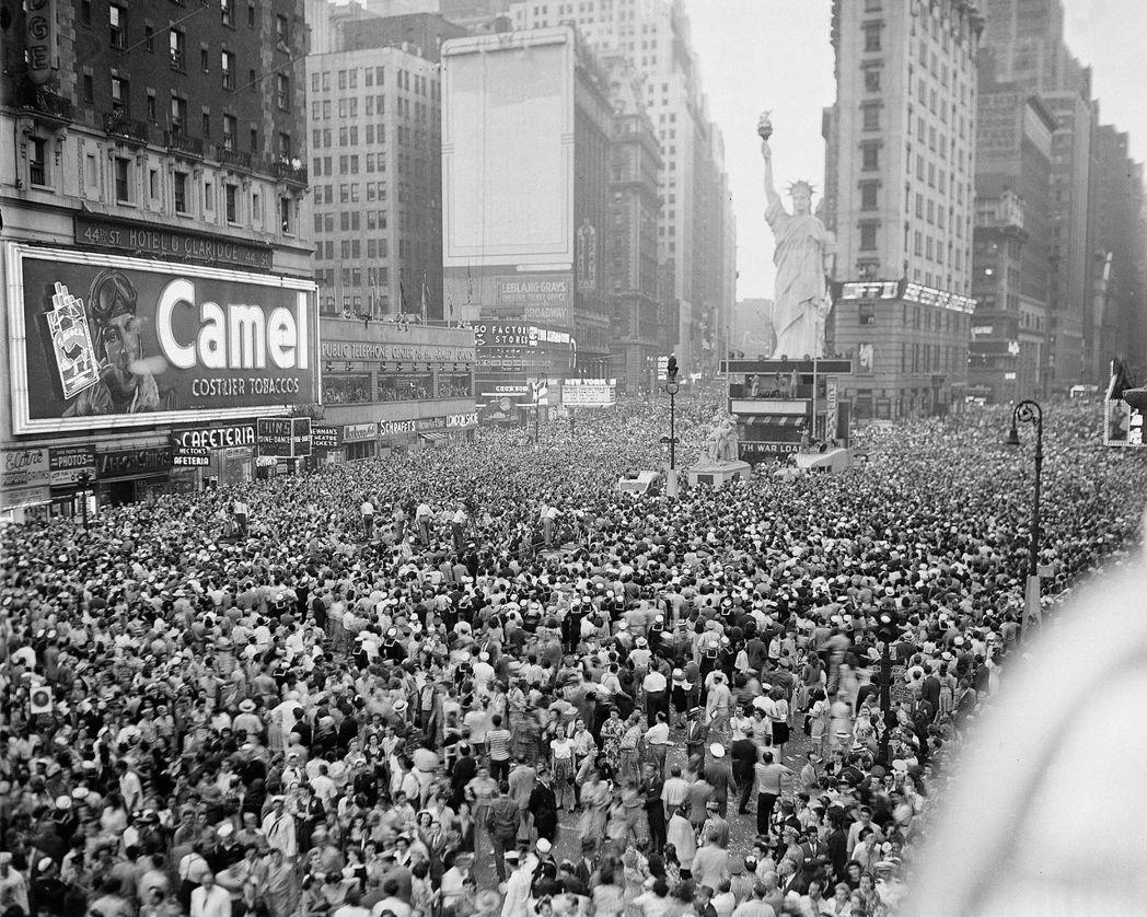 1945年,第二次世界大戰對日戰爭勝利紀念日(V-J Day),紐約時代廣場上湧...