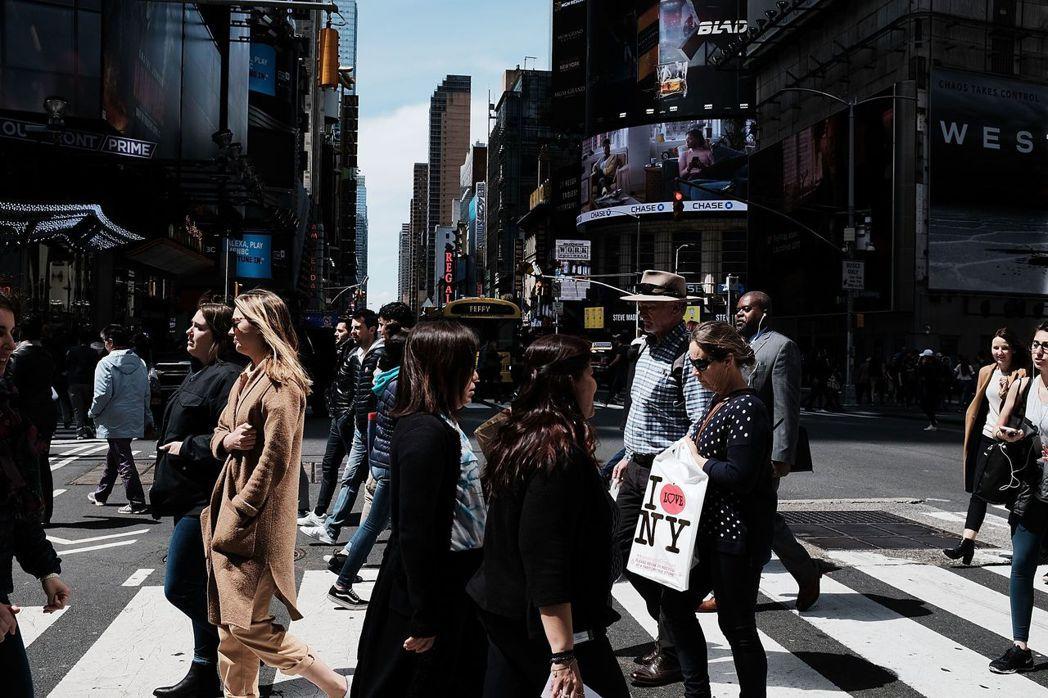 信奉珍雅各的「新都市學」,認為都市與建築形式會影響人類行為,小街廓、小巷弄、適合...