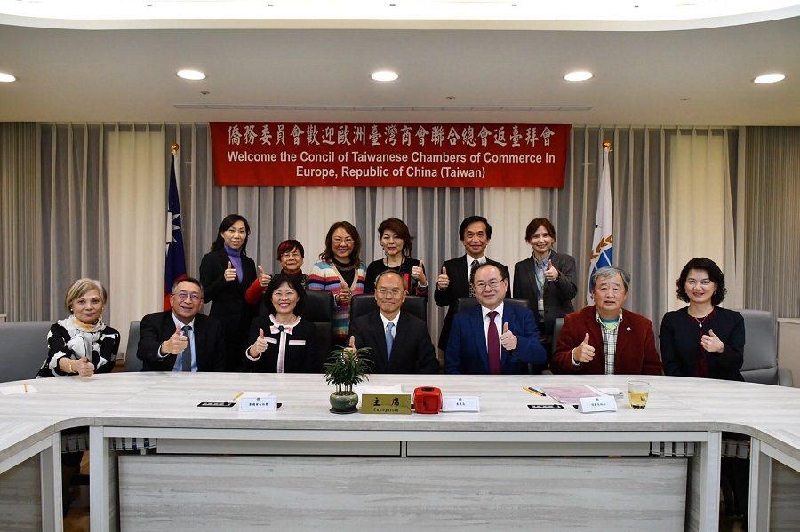 吳新興(前排中)、劉淑慧(前排左3)與訪團合影。圖/僑委會提供