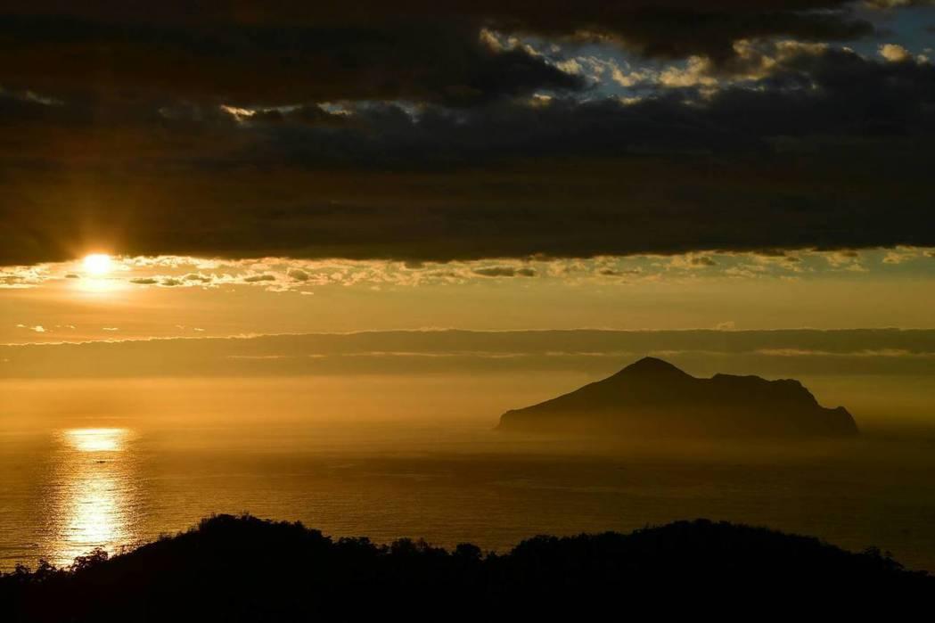 入住里山生態藝術文化園可欣賞龜山島曙光與海景日出。   里山生態藝術文化園/提供