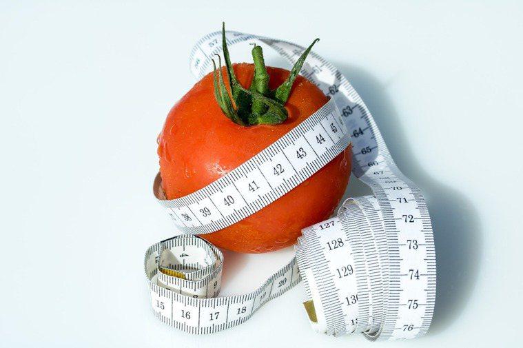 減重時要讓自己吃飽、吃巧,減少熱量的聰明作法,就是選擇低熱量高纖維食物來增加飽足...