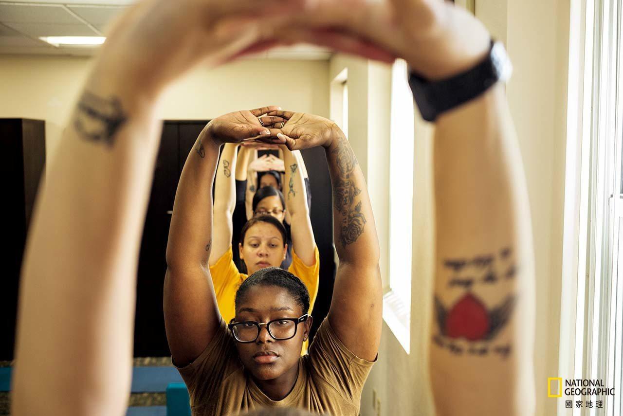 艾胥莉.克雷文(前)與卡拉.托瑞斯參加聖地牙哥海軍醫療中心的瑜伽課,這個課程開放...