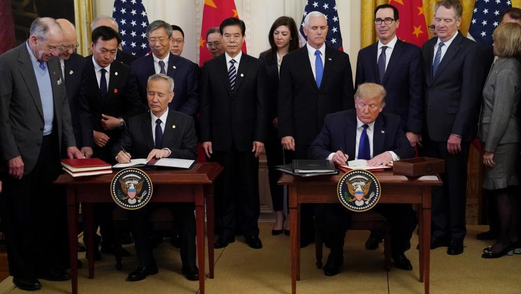 中美第一階段貿易協議15日在白宮正式簽署,圖為美國總統特朗普與中國副總理劉鶴簽署...