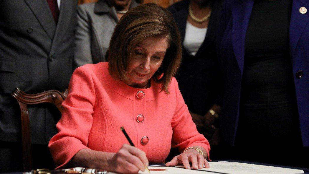 美國眾院議長波洛西15日簽署總統川普的兩項彈劾條文以遞交參院。 (路透)