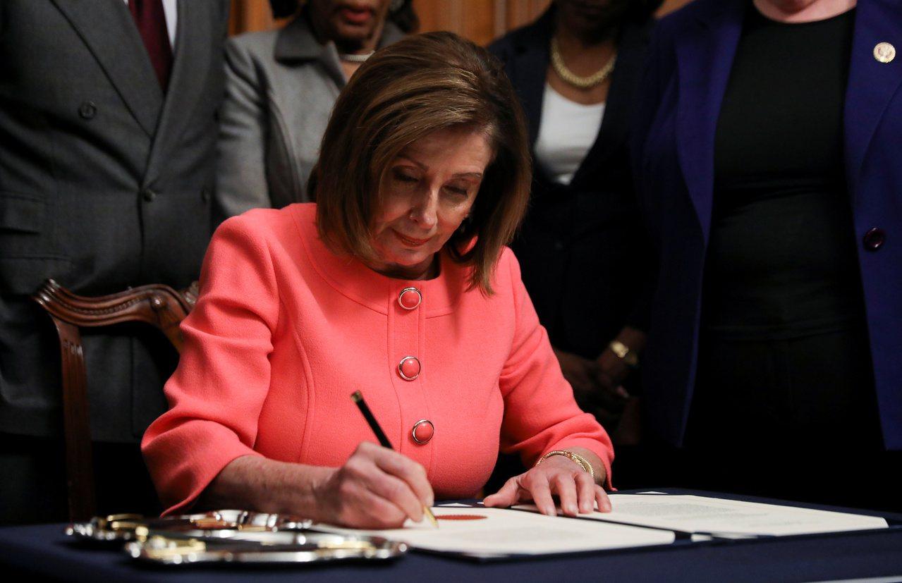 美國眾院議長波洛西15日簽署總統川普的兩項彈劾條文以遞交參院。路透