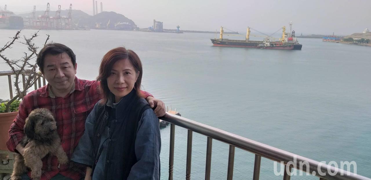 拼貼藝術家梁艷媚(右)在臨港住家創作,她的先生王萬琪是頭號粉絲。 記者邱瑞杰/...