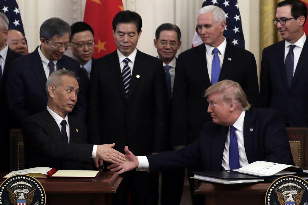 美國總統川普(右)與中國大陸國務院副總理劉鶴15日在白宮簽署美中第一階段貿易協議...