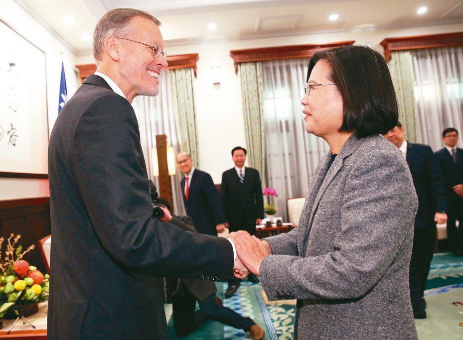 蔡英文總統(右)12日在總統府接見AIT台北辦事處長酈英傑。(中央社)